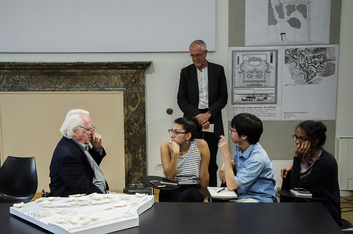 Richard Meier talks architecture with students