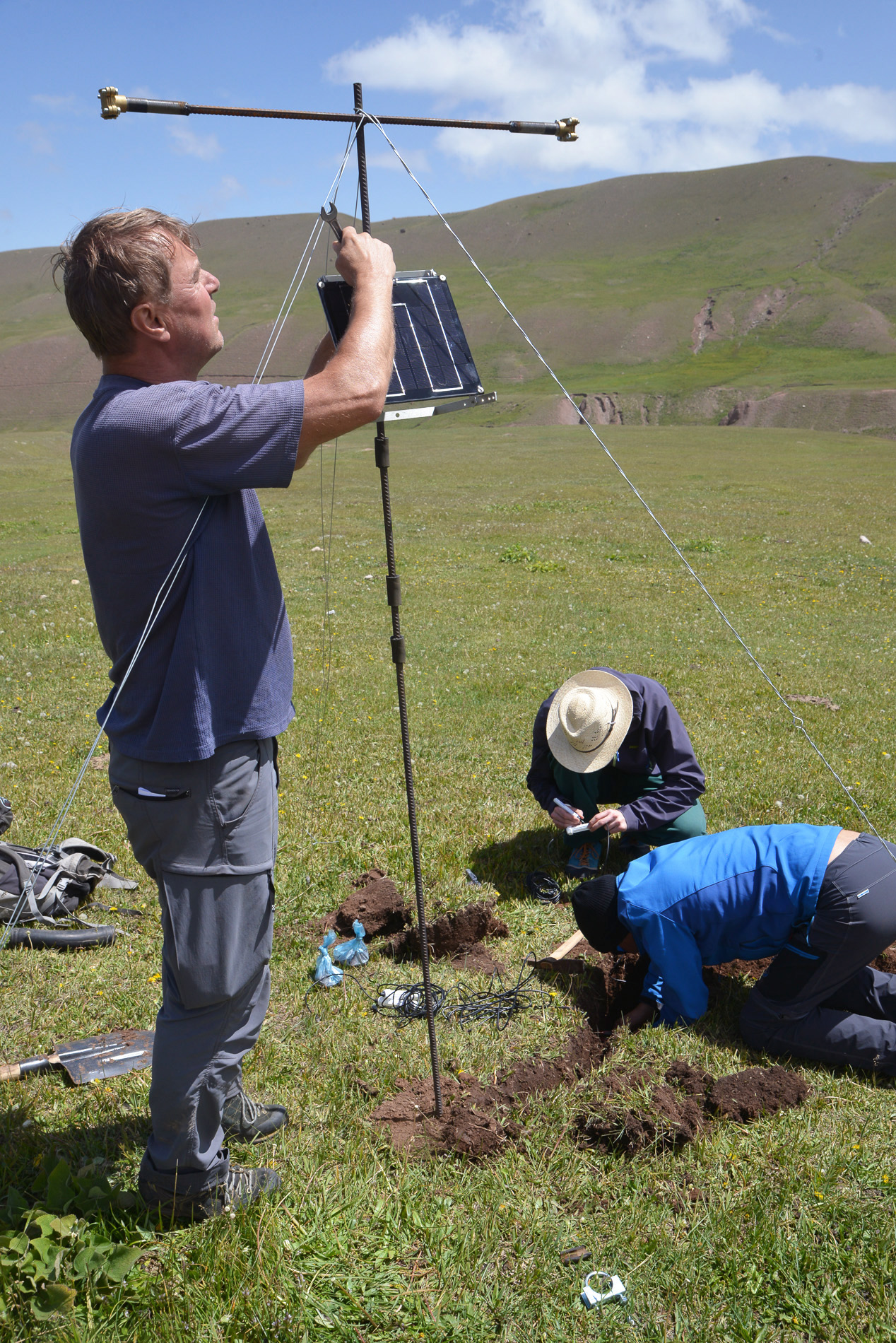 Installing a climate station in Sary-Mogul